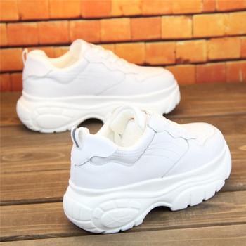 aa1c4c73529 Μοντέρνα γυναικεία αθλητικά παπούτσια σε λευκό και μαύρο με ψηλή σόλα
