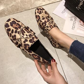 Модерни дамски обувки в няколко цвята с метален елемент