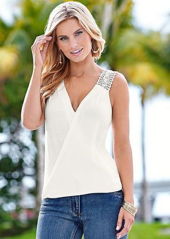 Γυναικεία αμάνικη μπλούζα με δαντέλα και V-λαιμό σε λευκό χρώμα