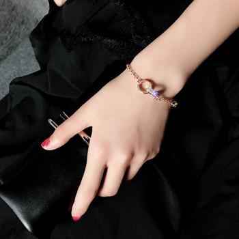 Стилна дамска гривна с декоративни камъни в златист цвят