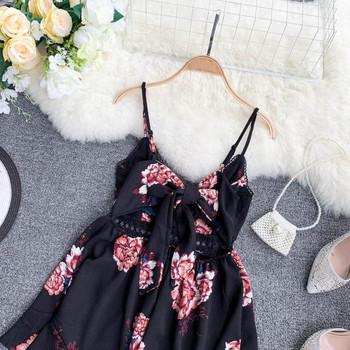 Дамски къс гащеризон с флорални мотиви в черен цвят