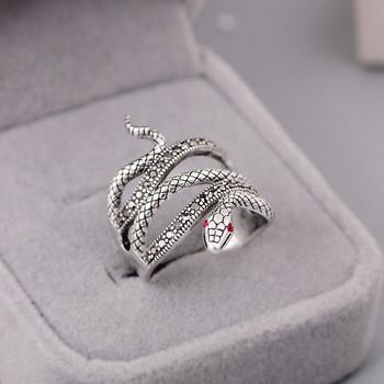 Дамски пръстен с декорация цветни камъни