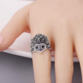 Модерен дамски пръстен с 3D елемент
