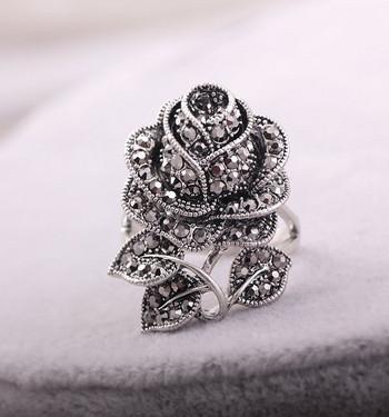 Дамски пръстен с елемент камъни