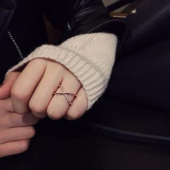 Стилен дамски кръстосан пръстен в златист цвят