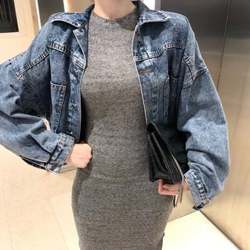 Μοντέρνο γυναικείο μπουφάν τζιν με τσέπες