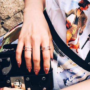 Модерен пръстен за жени в златист цвят с камъни