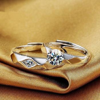 Стилни пръстени за двойки е сребрист цвят с камък
