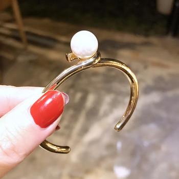 Дамска стилна гривна в златист цвят и декорация перла