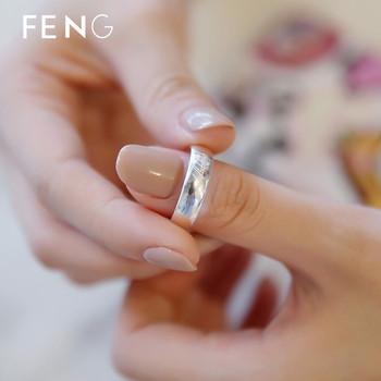 Модерен дамски пръстен с гравиран надпис в сребрист цвят