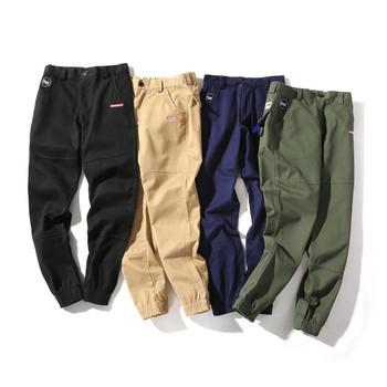 Модерен мъжки панталон в четири цвята с емблеми и джобове