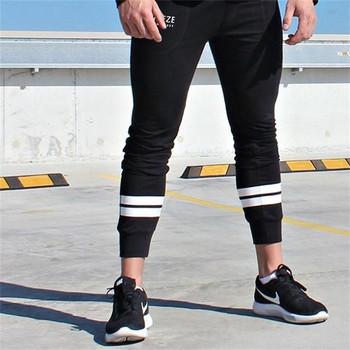 Спортен мъжки панталон в черен цвят с бели ленти
