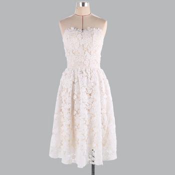 Модерна дамска рокля с дантела в бял цвят