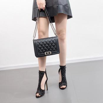 Σύγχρονα γυναικεία παπούτσια με ψηλή τακούνια και πέτρες σε μαύρο χρώμα