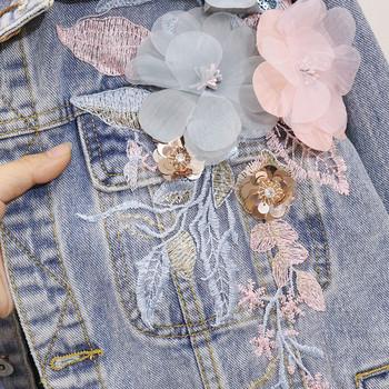 Μοντέρνο γυναικείο τζιν μπουφάν με τρισδιάστατα λουλούδια