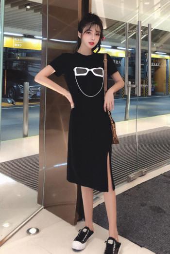 Μοντέρνο γυναικείο φόρεμα σε μαύρο και άσπρο με εφαρμογή και κοντά μανίκια