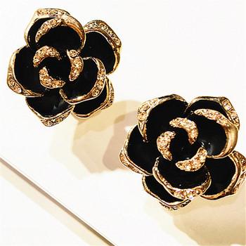 Κομψά γυναικεία σκουλαρίκια σε σχήμα λουλουδιού σε μαύρο και άσπρο χρώμα