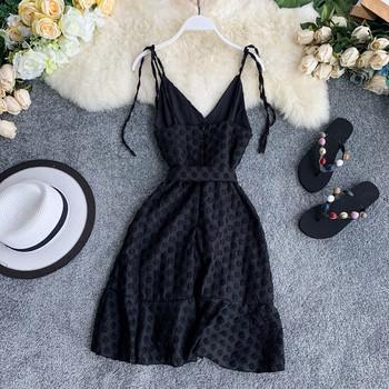 Κομψό μοντέλο γυναικείου φόρεμα σε λευκό και μαύρο χρώμα
