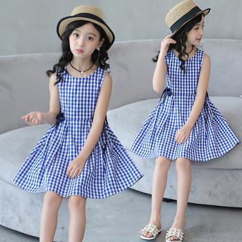 Κομψό παιδικό φόρεμα με λαιμόκοψη σε σχήμα O