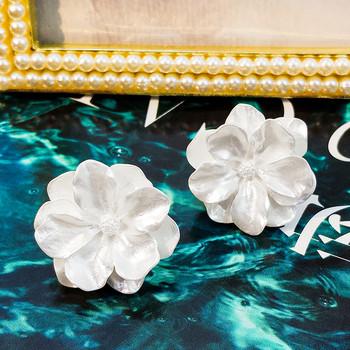 Стилни дамски обеци с формата на цвете в бял цвят