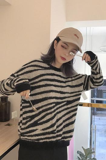 Дамски пуловер с О-образна яка на зеброва щампа