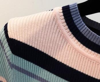 Ежедневен дамски пуловер в преливащи цветове с О-образна яка