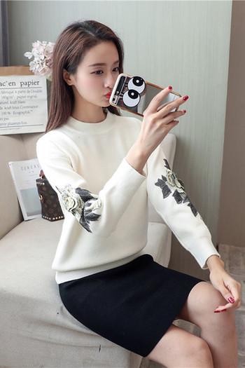 Дамски пуловер с О-образна яка с бродерия в няколко цвята