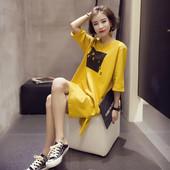Спортно-ежедневна рокля с щампа и надпис в бял и жълт цвят