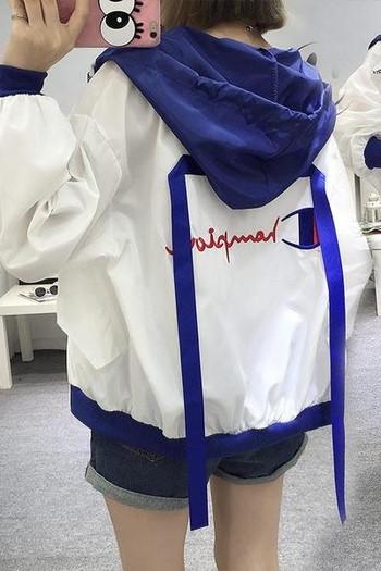 Спортно ежедневно яке с цветна качулка за дамите с щампи на ръкавите в няколко цвята