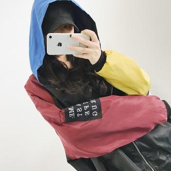 Αθλητικό γυναικείο μπουφάν με πολύχρωμα μανίκια και κουκούλα σε ευρύ μοτίβο
