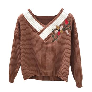 Дамски зимен пуловер с V-образно деколте и флорална бродерия в три цвята
