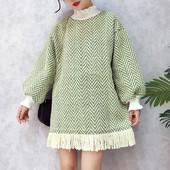 Есенно-зимна плетена дамска рокля в свободен стил с ресни и поло яка