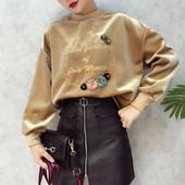 Дамска плюшена блуза с надпис и флорална декорация