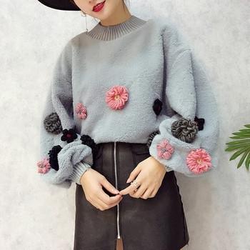 Широк дамски пуловер с флорална декорация
