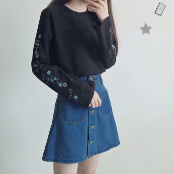 Скъсен дамски пуловер в свободен стил с бродерия на ръкавите