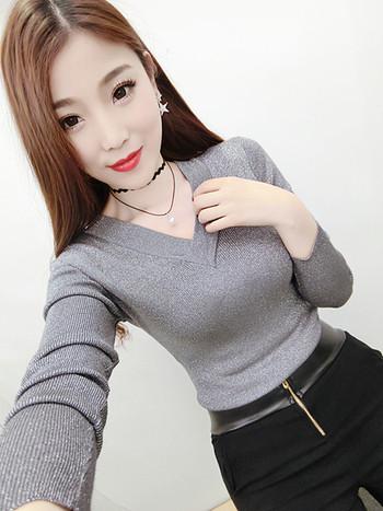 2cac8ea856a1 Μοντέρνα γυαλιστερή μπλούζα για κυρίες με ντεκολτέ σε σχήμα V σε τέσσερα  χρώματα