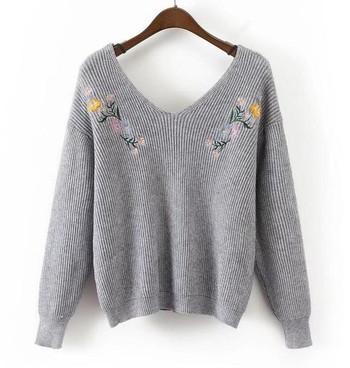 Ежедневен дамски пуловер с V-образно деколте и бродирани мотиви