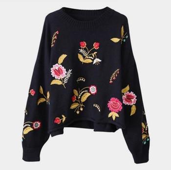 Страхотен дамски пуловер с О-образна яка и флорални шарени бродерии