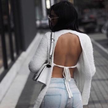Мек и нежен дамски пуловер с гол гръб в бял цвят