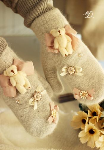 Стилни дамски ръкавици с декорации в сив цвят