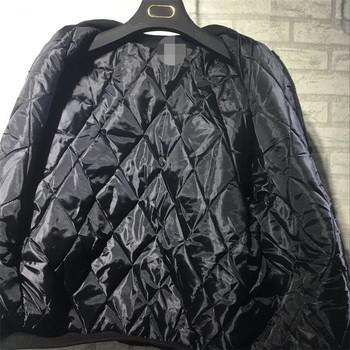 Есенно-зимно дамко яке с О-образна яка и щампи и апликция на гърба в черен и маслено зелен цвят