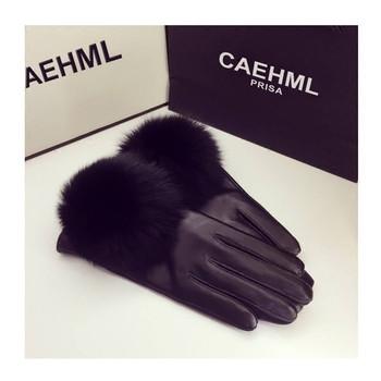 Дамски стилни ръкавици в черен цвят с пух
