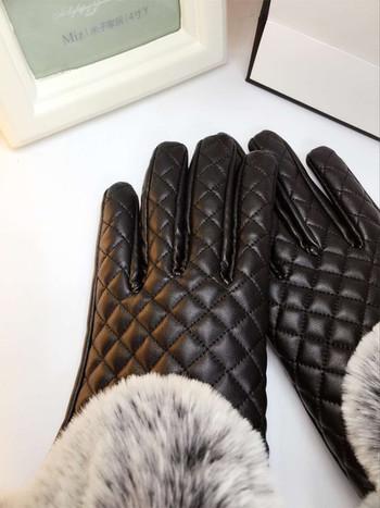 Дамски ръкавици от еко кожа с обемен пух в черен и тъмнолилав цвят