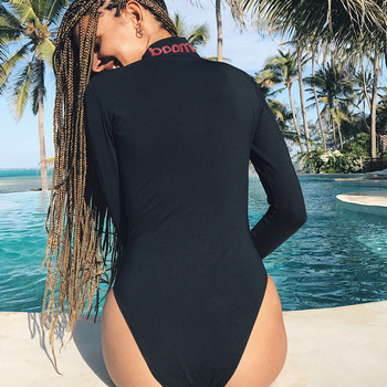 Семпло дамско боди с V-образно деколте с цип в черен цвят с надпис на врата