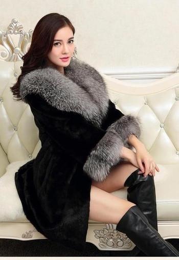 Страхотно дамско зимно палто в ретро стил с пух по ръкавите и яката