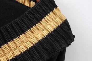 Дамски пуловер в черен цвят с цветно V-образно деколте