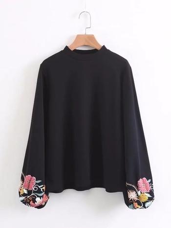 Семпъл дамски пуловер с бродерия на ръкавите