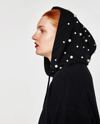 Стилен дамски пуловер с перлички и качулка