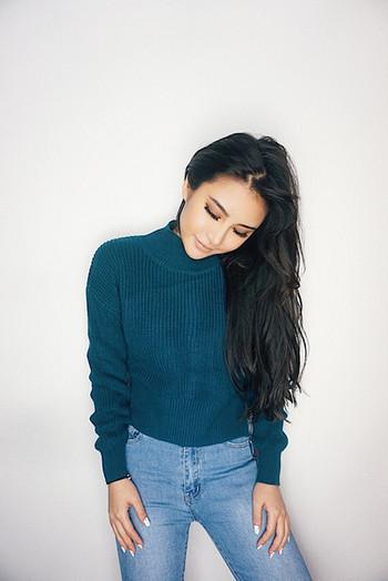Семпъл скъсен дамски пуловер с поло яка в различни цветове