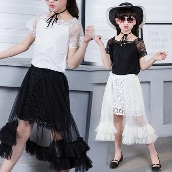 Елегантен детски комплект от две части-блуза с дантела и дълга пола с тюл и дантела в бял и черен цвят